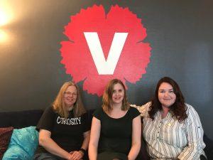 Camilla Tilljander, Lena Ludvigsson och Agnes Hulthén sittandes framför Vänsterpartiets logotyp