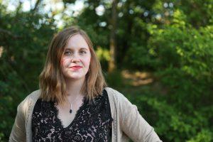 Lena Ludvigsson, utomhus med grönska